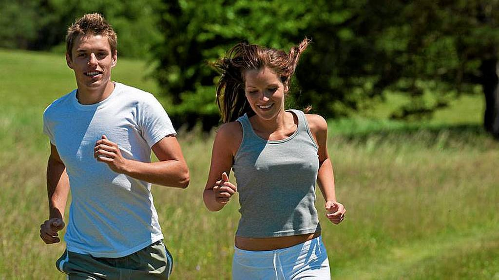 Young man and woman running outdoors-A-løpet-stor-AFT01812561