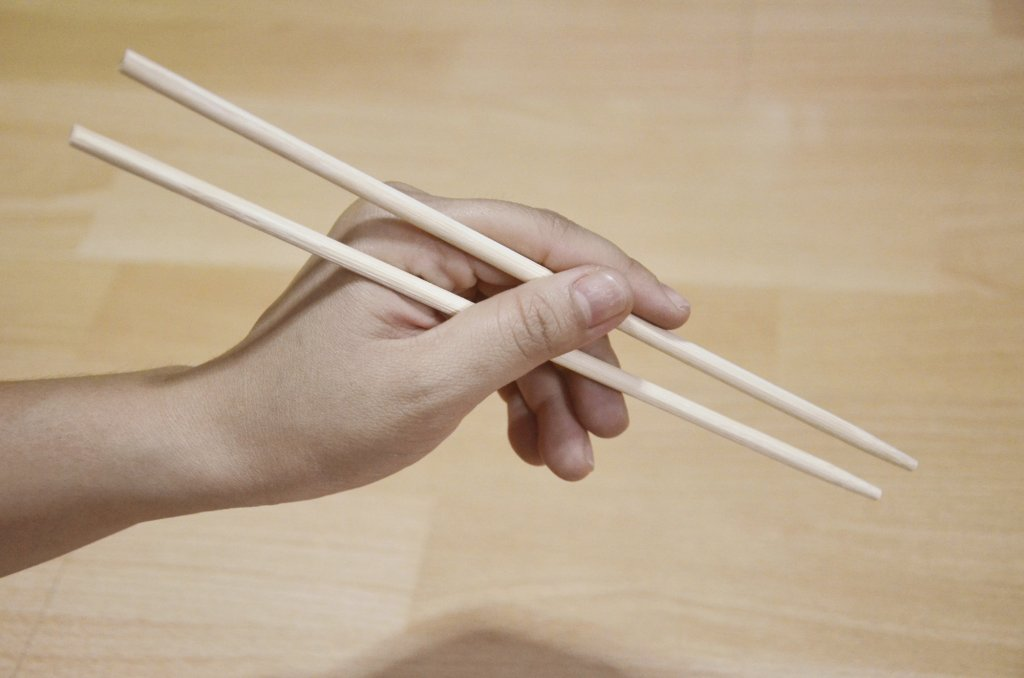 1445116875_eat-with-chopsticks-step-2